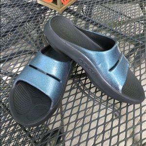 OOFOS Ooahh Blue Metallic Luxe Slide W8 M6